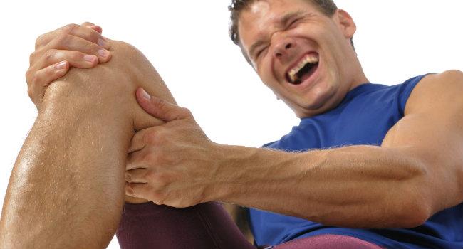 Douleur au genou? Quoi faire pour soulager la douleur et éviter le pire.